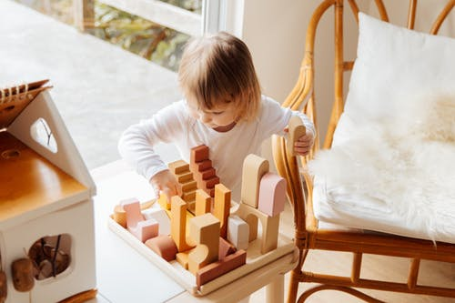 Great tips to keep your kids busy at home (without screens)!